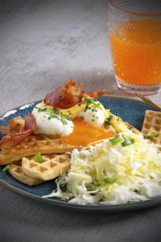 Waffle salati. con uovo e bacon