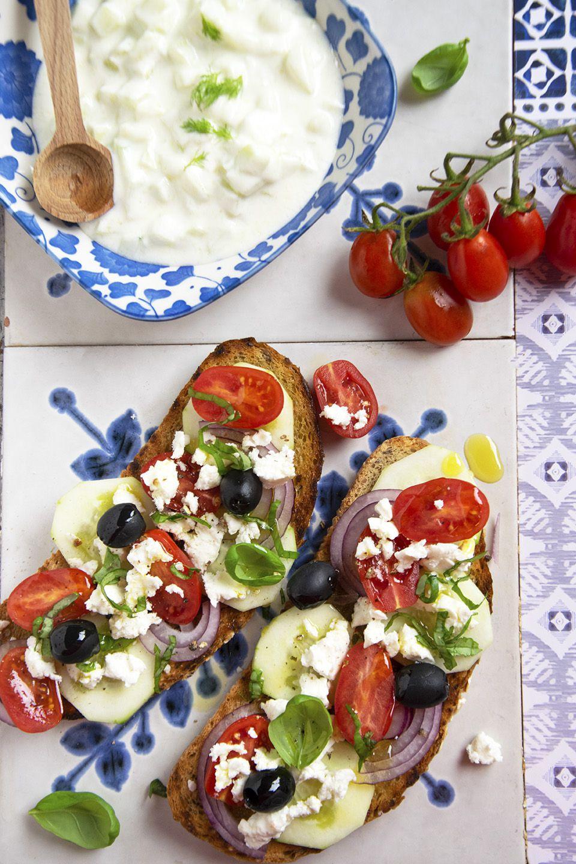 Bruschetta con insalata greca