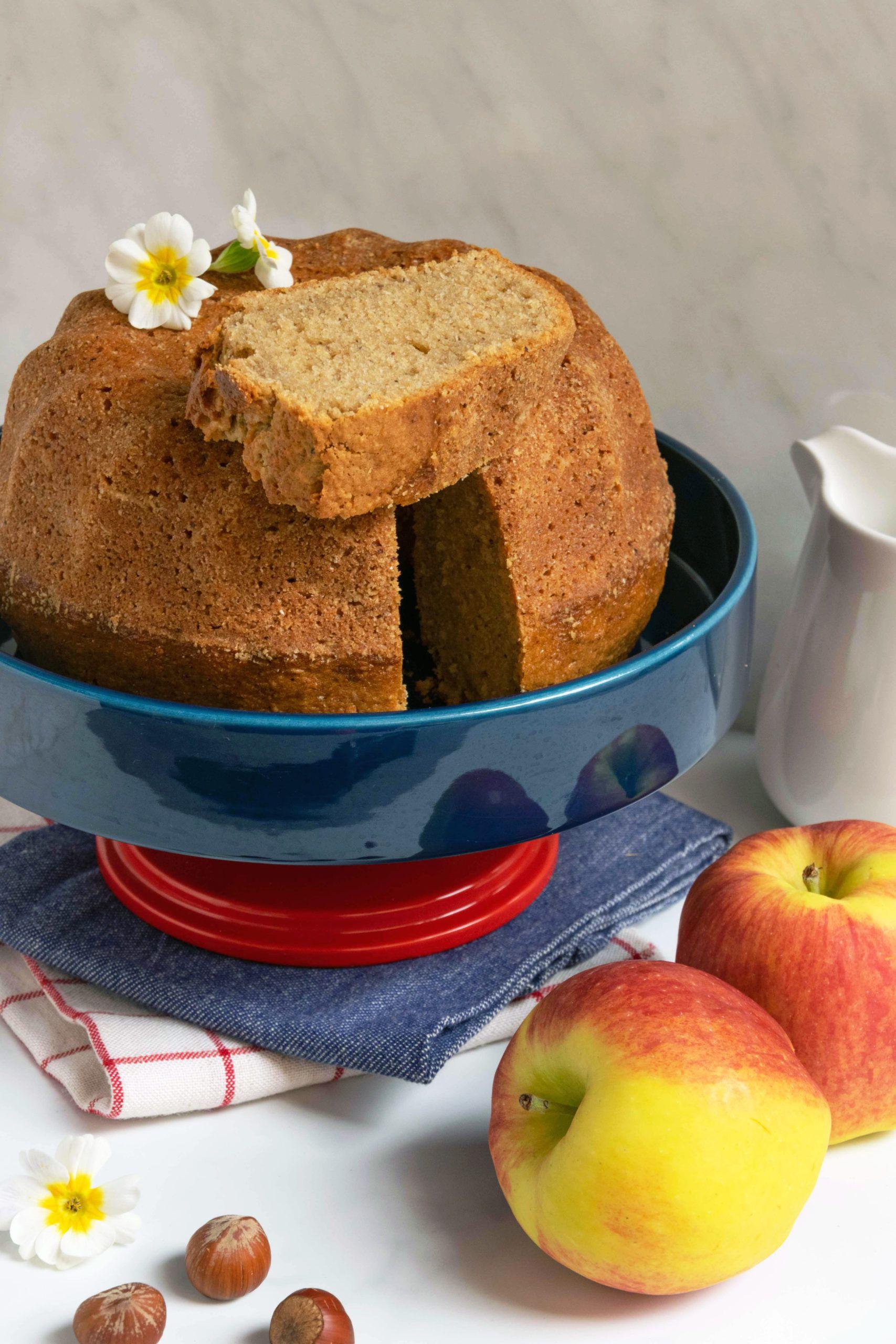 Ciambella al succo di mele, nocciole e cannella