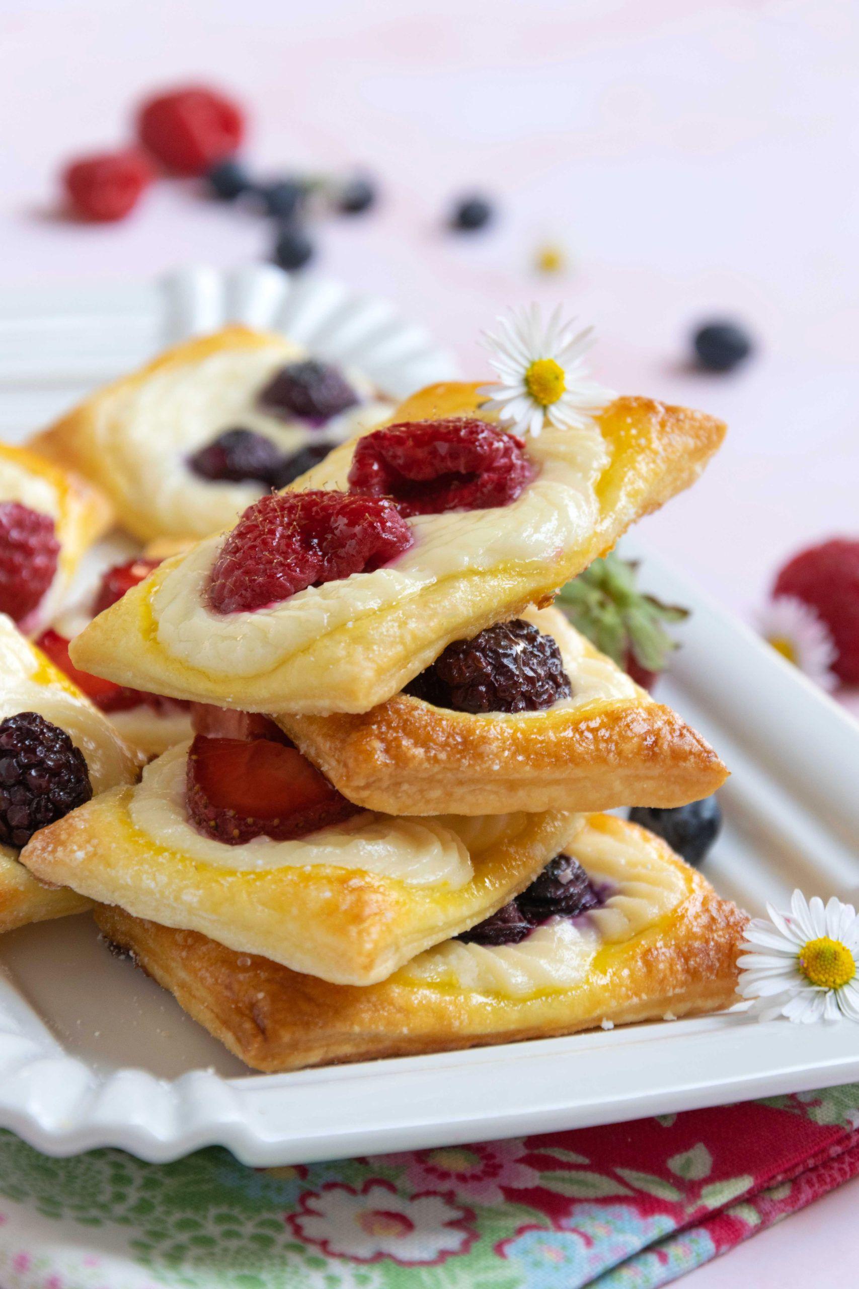 Sfogliatine con frutti di bosco e crema al formaggio