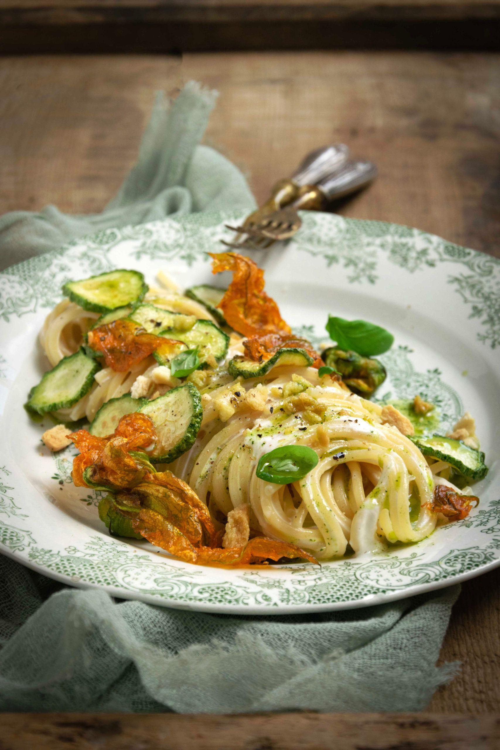 Spaghetti con burrata e zucchine