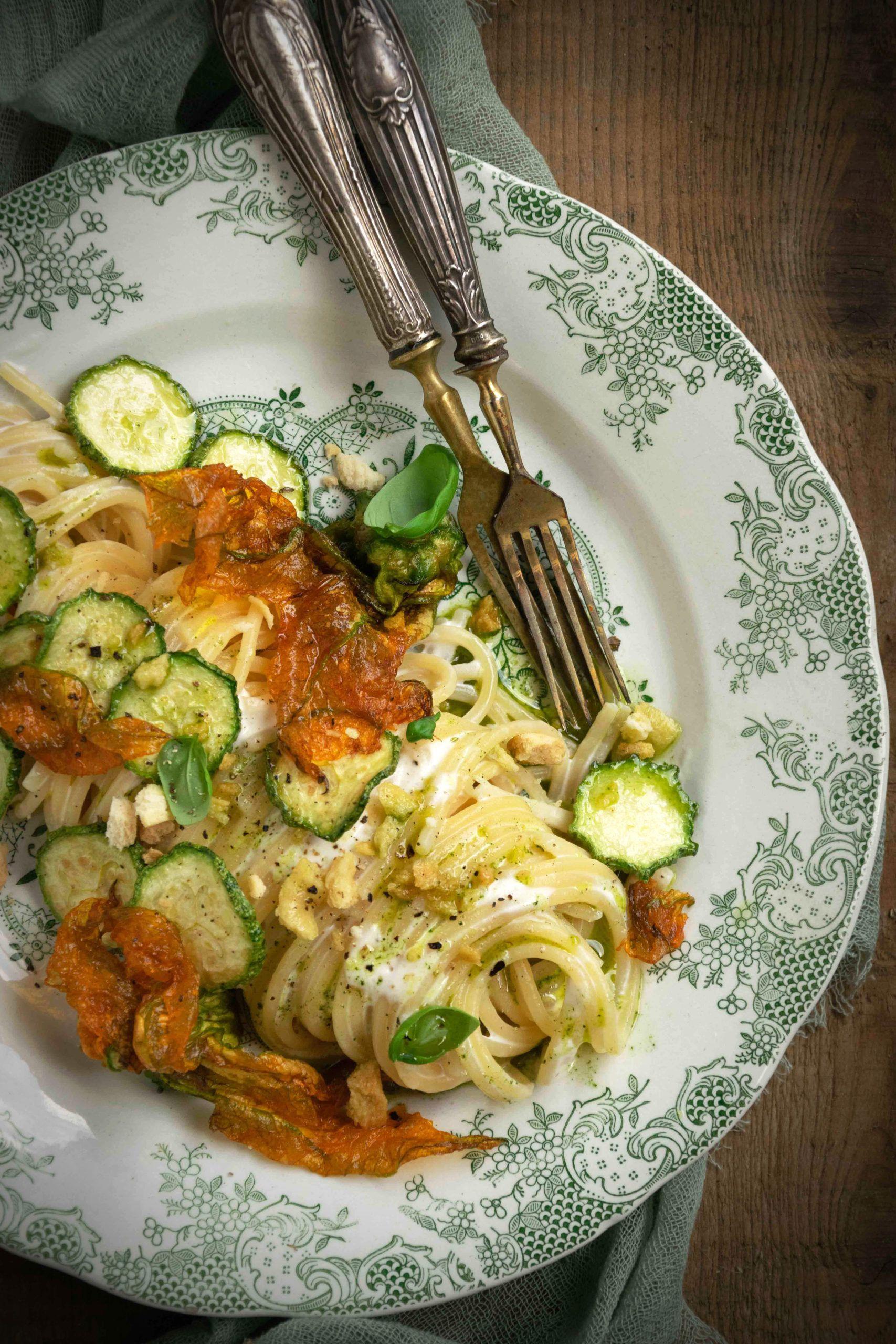 Spaghetti con crema di burrata e zucchine