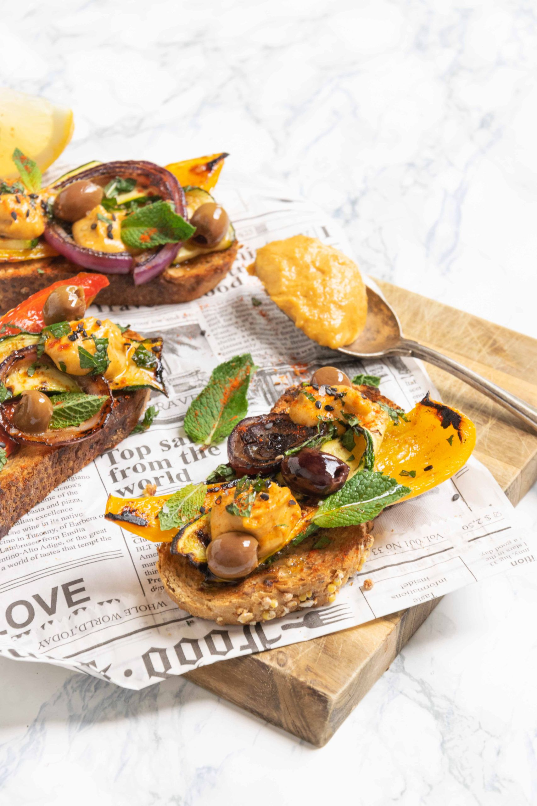 Bruschette con verdure, olive e tahina